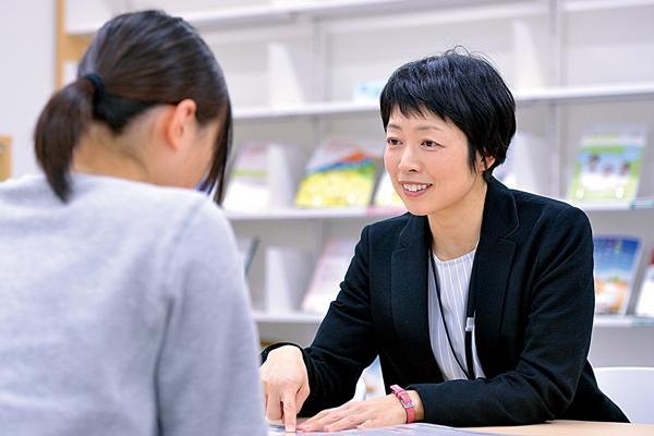 キャリアセンターで学生の相談にのる女性