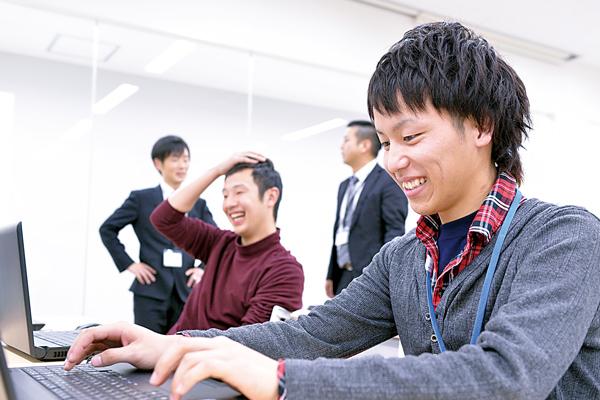 パソコンでjwebの学習をする男性